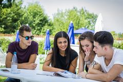 Молодые люди читая кассету совместно Стоковые Фотографии RF