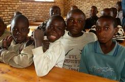 Молодые мальчики в классе в Руанде. стоковые изображения rf