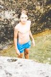 Молодые мальчики имеют потеху на малом реке стоковые изображения