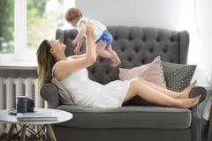 Молодые милые женщина и ребёнок внутри помещения Стоковые Фотографии RF