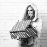 Молодые модные сексуальные милые женщина или девушка с длинными красивыми белокурыми волосами в пальто талии белого меха с клобук стоковые изображения rf