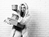 Молодые модные сексуальные милые женщина или девушка с длинными красивыми белокурыми волосами в пальто талии белого меха с клобук стоковое изображение rf
