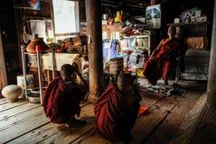 Молодые монахи bhuddist изучая и моля в Bagaya monastry, Inwa, области Мандалая, Мьянме стоковое изображение rf