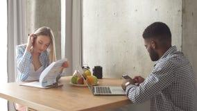 Молодые мульти-этнические пары сидеть противоположный один другого на кухне запланирование изображения принципиальной схемы 3d пр акции видеоматериалы