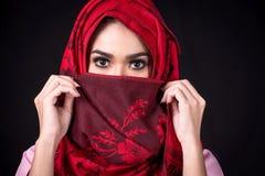 Молодые мусульманские женщины на черной предпосылке стоковые изображения
