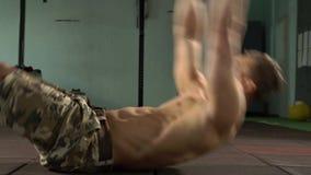 Молодые мышцы брюшка и ядра тренировки сильного человека сток-видео