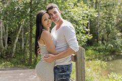 Молодые объятия пар в саде лета Стоковое Изображение RF
