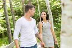 Молодые объятия пар в саде лета Стоковые Изображения RF