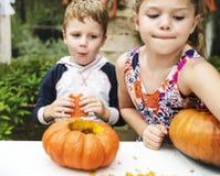 Молодые парни высекая ` хеллоуина Джека-o - фонарики стоковое фото
