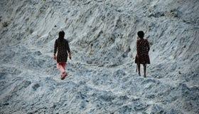 Молодые парни идут вокруг фото запаса поверхности почвы Стоковые Фотографии RF
