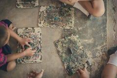 Молодые парни имея потеху вместе с красочной глиной моделирования на th стоковая фотография