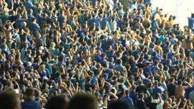 Молодые парни организовали chanting в поддержку национальной команды, сторонников, медленн-mo видеоматериал