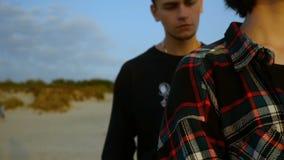 Молодые пары битника в влюбленности прижимаясь в пляже сток-видео