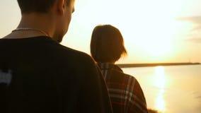 Молодые пары битника в влюбленности прижимаясь в пляже акции видеоматериалы