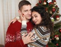 Молодые пары вместе с рождественской елкой в домашнем интерьере - концепция влюбленности и праздника, канун xmas стоковые фото