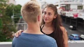 Молодые пары в влюбленности смотря один другого на дате на городской улице акции видеоматериалы