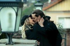 Молодые пары в влюбленности, целуя в старой части городка Стоковое фото RF