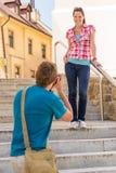 Молодые пары в городе принимают фото Стоковая Фотография RF