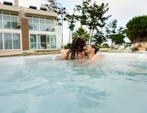 Молодые пары в джакузи Стоковое фото RF