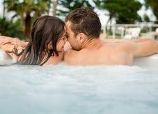 Молодые пары в джакузи Стоковые Изображения