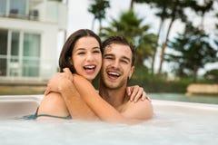 Молодые пары в джакузи Стоковые Фото