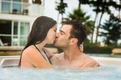 Молодые пары в джакузи Стоковое Изображение