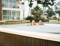 Молодые пары в джакузи Стоковое Фото