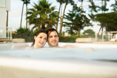 Молодые пары в джакузи Стоковые Изображения RF
