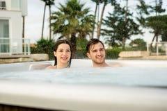 Молодые пары в джакузи Стоковое Изображение RF