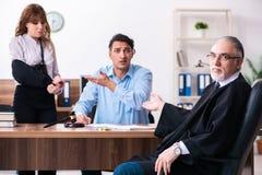 Молодые пары в здании суда в концепции развода стоковые фото