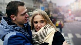 Молодые пары в любов в Праге 2019 стоковое фото
