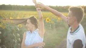 Молодые пары в любов танцуя в вечере на заходе солнца в поле солнцецве акции видеоматериалы