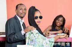 Молодые пары в магазине продавая ювелирные изделия стоковая фотография rf