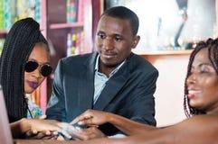 Молодые пары в магазине продавая ювелирные изделия стоковое изображение