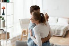Молодые пары в обнимать любов танцуя совместно дома стоковая фотография