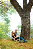 Молодые пары в парке осени Стоковое Изображение RF