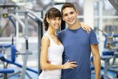 Молодые пары в спортзале стоковое изображение rf