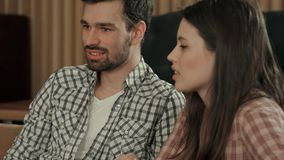 Молодые пары говоря в кафе стоковая фотография