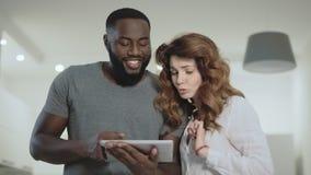 Молодые пары говоря на живущей комнате Человек и женщина обсуждая на кухне сток-видео
