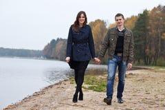 Молодые пары гуляя на озеро Стоковые Изображения RF
