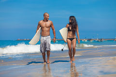Молодые пары гуляя на пляж Стоковая Фотография RF