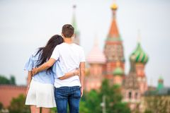 Молодые пары датировка в влюбленности идя в церковь базиликов St предпосылки города стоковая фотография rf