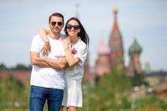 Молодые пары датировка в влюбленности идя в церковь базиликов St предпосылки города стоковая фотография