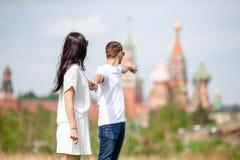 Молодые пары датировка в влюбленности идя в церковь базиликов St предпосылки города стоковое изображение