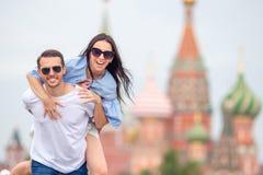 Молодые пары датировка в влюбленности идя в церковь базиликов St предпосылки города стоковые фотографии rf