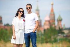 Молодые пары датировка в влюбленности идя в церковь базиликов St предпосылки города стоковое фото