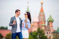 Молодые пары датировка в влюбленности идя в церковь базиликов St предпосылки города стоковые фото