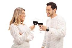 Молодые пары делая здравицу с вином стоковое изображение
