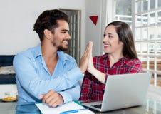 Молодые пары делая онлайн ресервирование с компьтер-книжкой стоковое изображение rf