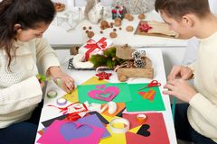 Молодые пары делая сердца от бумаги для дня валентинки, взгляд сверху - романтичного и концепции влюбленности стоковое фото rf